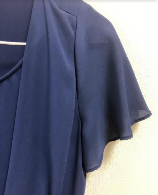 エアクロのブルー系トップスの袖部分