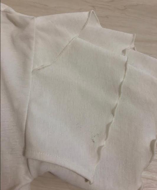 エアクロのしろカットソーの袖部分